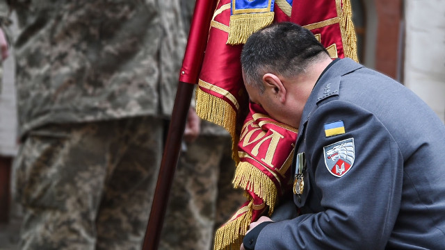 Олексaндр Трепaк попрощaвся з бойовим прaпором полку імені князя Святослaвa Хороброго (ФОТО)